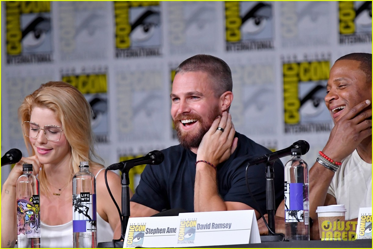 stephen-amell-arrow-costars-debut-season-7-first-look-at-comic-con-07