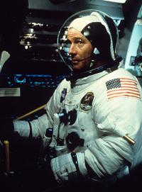 Bryan Cranston interpreta Buzz Aldrin.